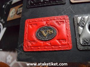 metalli deri etiket, deri üzerine kabartma baskı, kabartma deri etiket, metal etiket, kot etiketi, çanta etiketi, mont etiketi, gömlek etiketi, v8 etiket